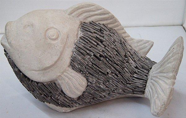 Escultura Carpa de Concreto Com Detalhes em Pedra