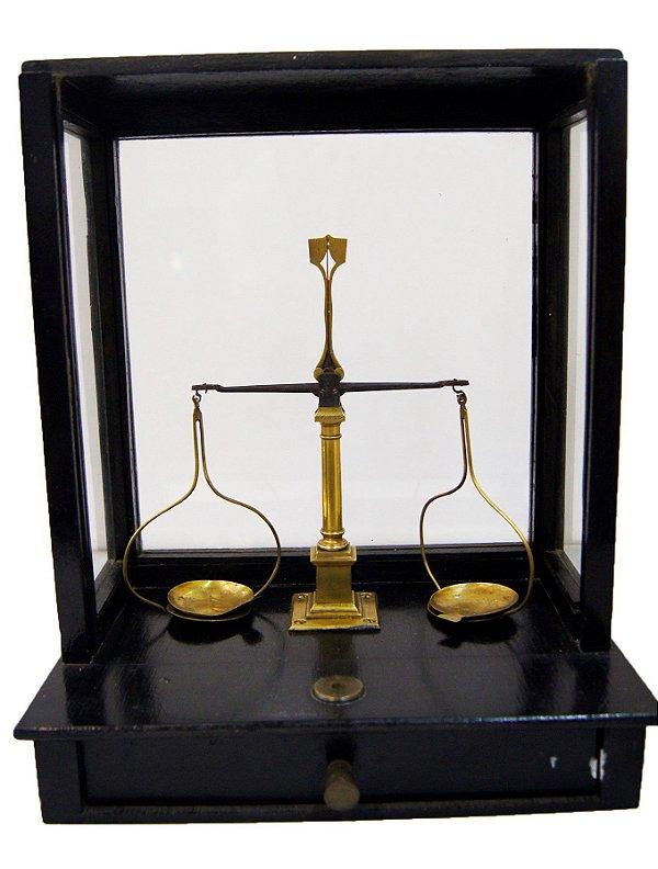 Balança De Precisão Antiga Farmácia Bronze Madeira Maciça