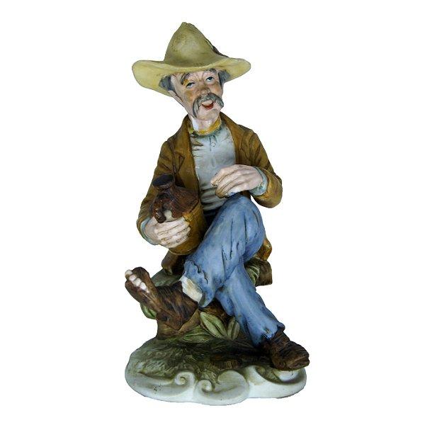 Bibelô Escultura em Porcelana Homem com Garrafa