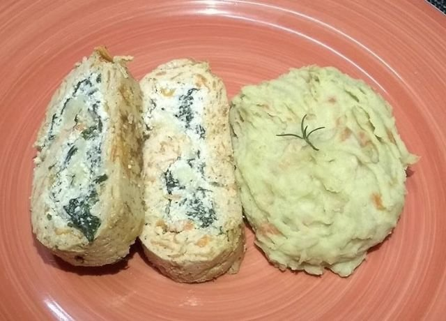 8 - Rocambole de frango com espinafre, purê de batata-doce e cenoura - refeição congelada