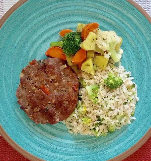 15 - Hambúrguer de fraldinha, arroz integral com brócolis e mix de legumes no vapor - refeição congelada