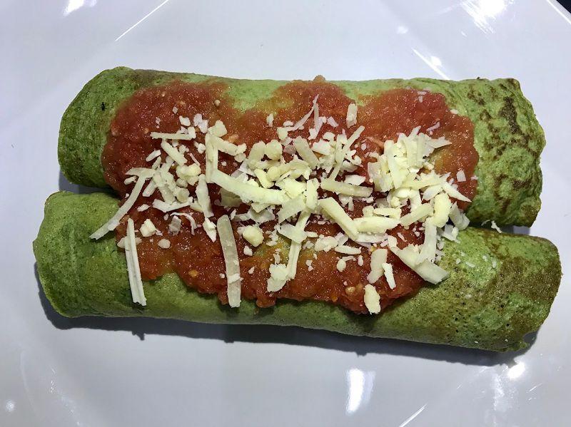 25 - Panqueca de massa de espinafre com ricota e molho de tomate caseiro - refeição congelada