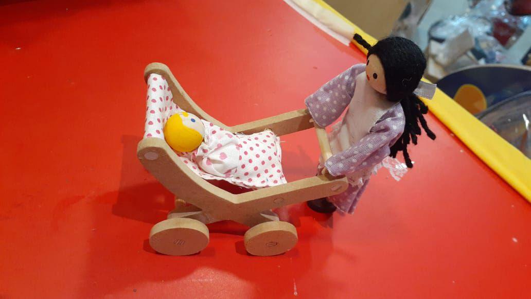 Mamãe com bebê e carrinho