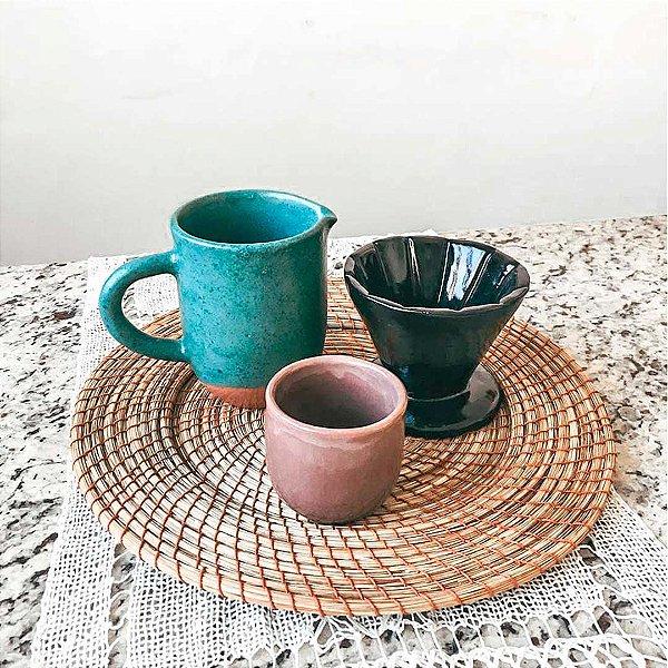 Conjunto com jarra, coador de café e copo em cerâmica vitrificada