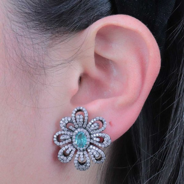 Brinco luxo formato de flor cravejada em zircônia