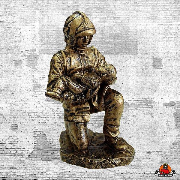 Estatua Bombeiro com bebê