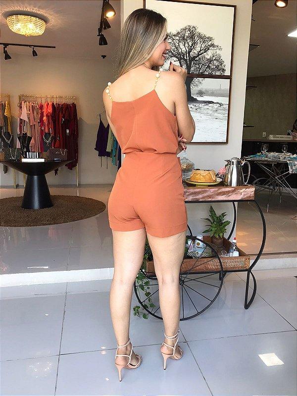 Conjunto Short-saia e Blusa com alças de pérolas.