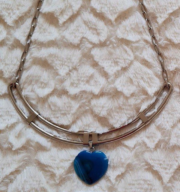 Colar com base rígida prata e pingente de coração em pedra azul