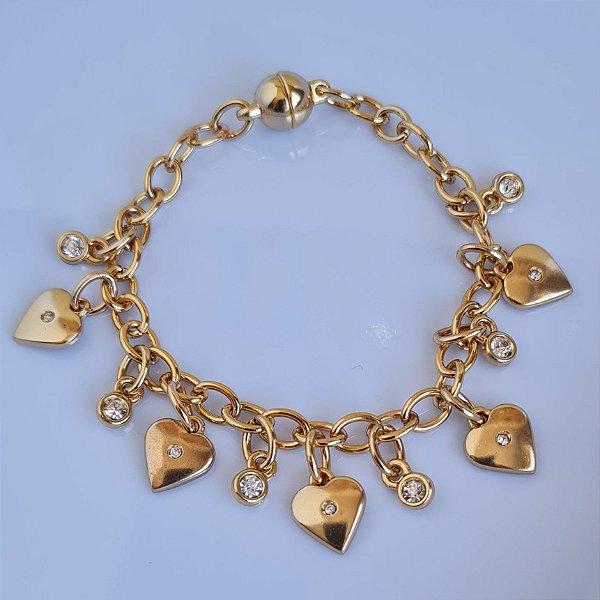 Pulseira de corrente dourada e pingentes de coração e pontos de luz