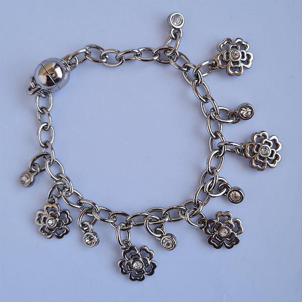 Pulseira de corrente prata com pingente de florzinhas e pontos de luz