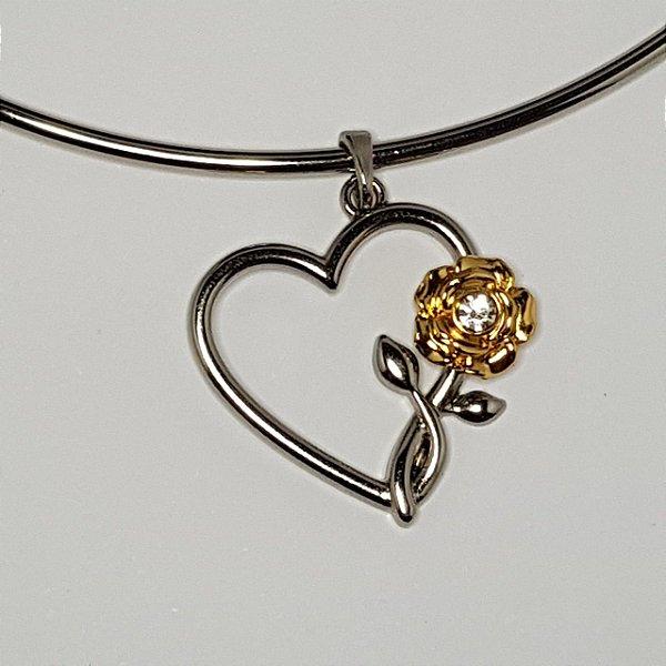 Colar rígido prata com pingente de coração com flor dourada.