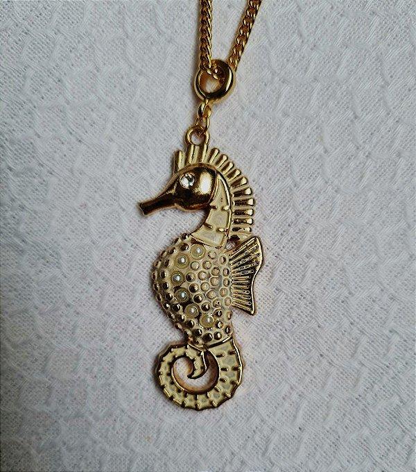 Colar de corrente dourada fina e pingente cavalo marinho