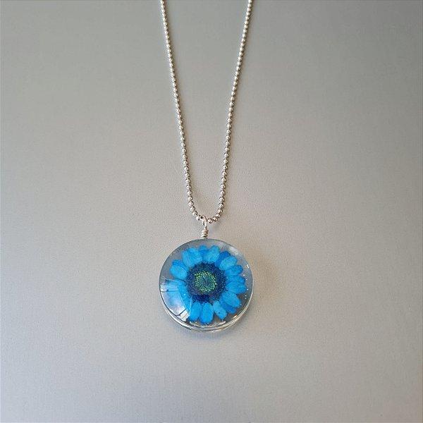 Colar prateado longo com pingente de vidro e flor azul