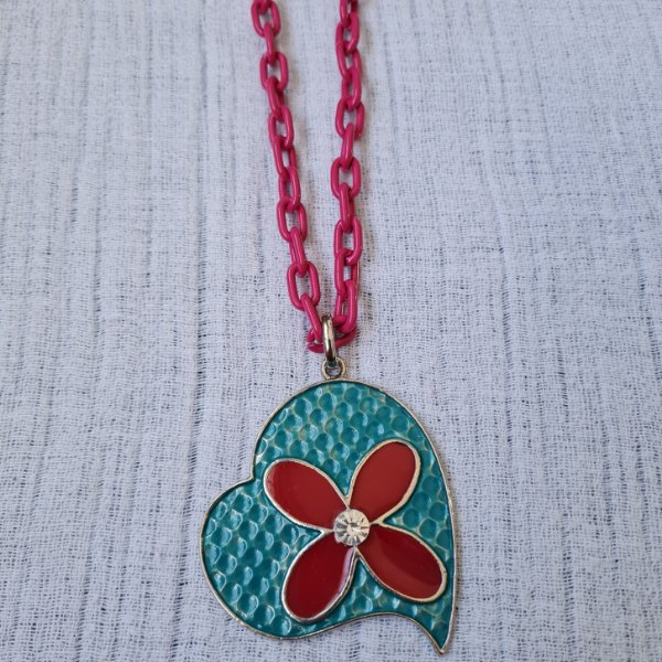 Colar de corrente pink e pingente de coração com flor