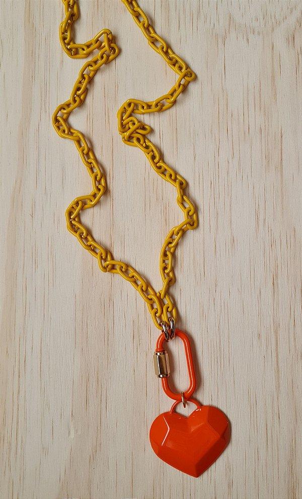 Colar corrente amarela e pingente laranja