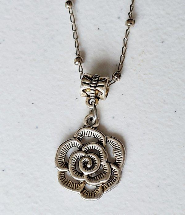 Colar curto prata com pingente de flor