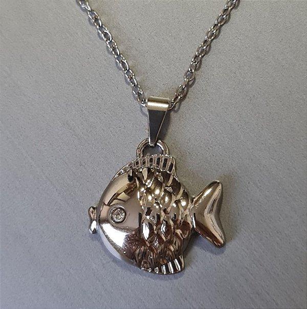 Colar de corrente prata e pingente de peixe
