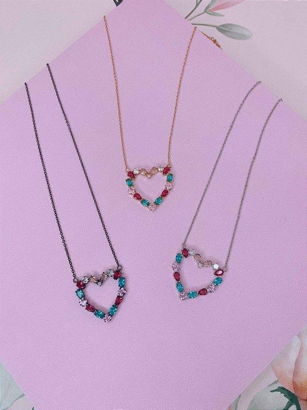 Colar coração vazado com mini pedras coloridas - prata, ônix ou dourado