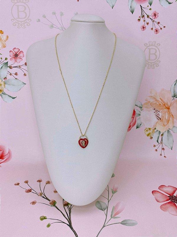 Colar longuinho dourado com coração esmaltado vermelho