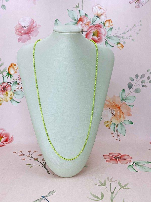 Colar longo de mini bolinhas coloridas e detalhes dourados - rosa claro,branco,verde neon ou rosa neon