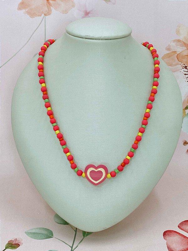 Colar coração rosa com  miçangas rosa,amarelo,verde e vermelho