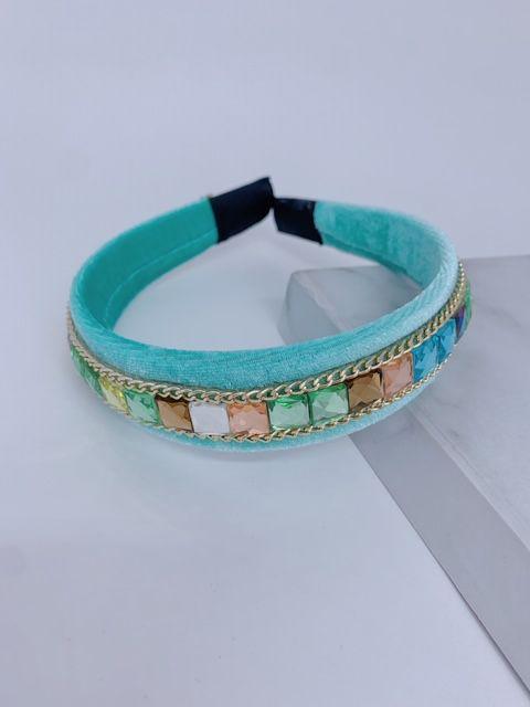 Arco Veludo verde tiffany , pedrinhas coloridas e corrente fina dourada