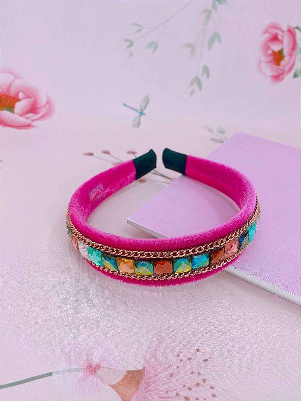 Arco veludo pink com pedras coloridas e corrente fina dourada