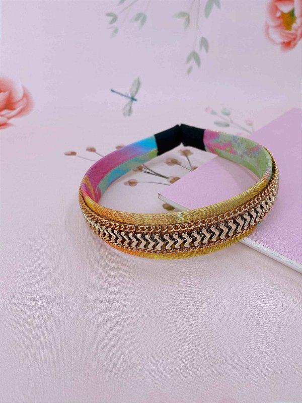 Arco tie dye com corrente fina detalhes dourados