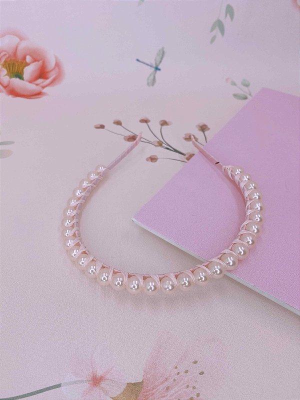 Arco princesa com pérolas rosa claro e cetim transpassado