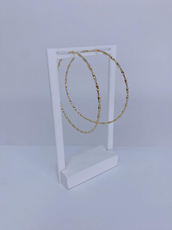 Brinco de argola dourado grande com ondulações e fechamento sem tarracha