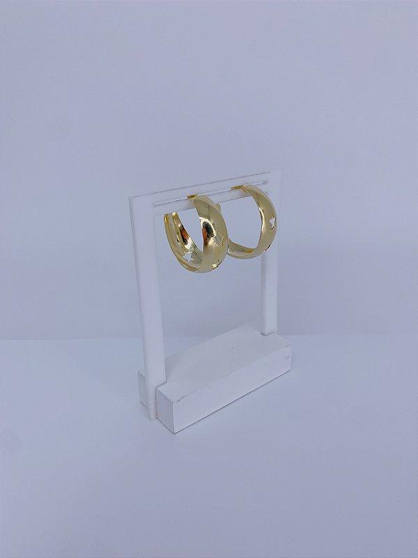 Brinco de argola dourada larga com detalhes de estrelas vazadas