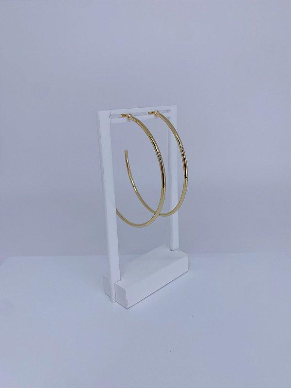 Brinco dourado de argola grande arredondado