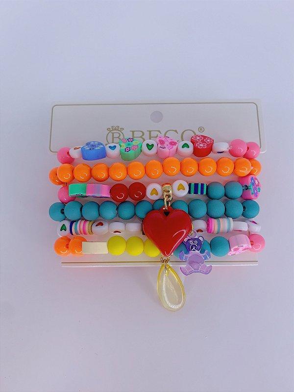 Kit pulseiras de miçangas coloridas com detalhes em biscuit e pingentes