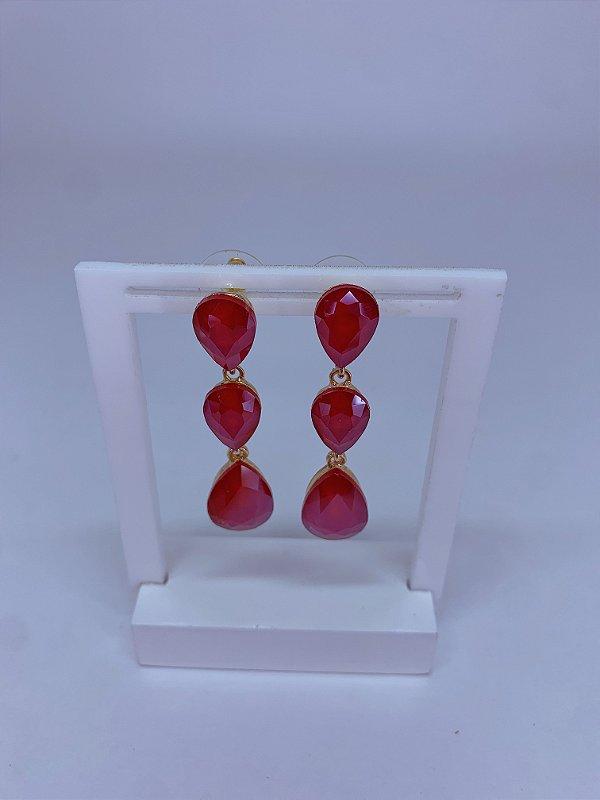 Brinco dourado com 3 pedras em formato gotas vermelha