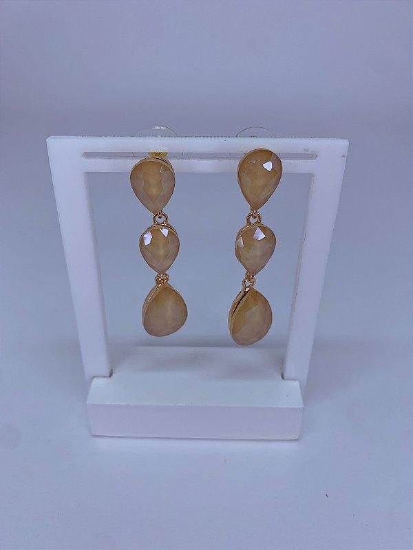 Brinco dourado com 3 pedras em formato gotas bege