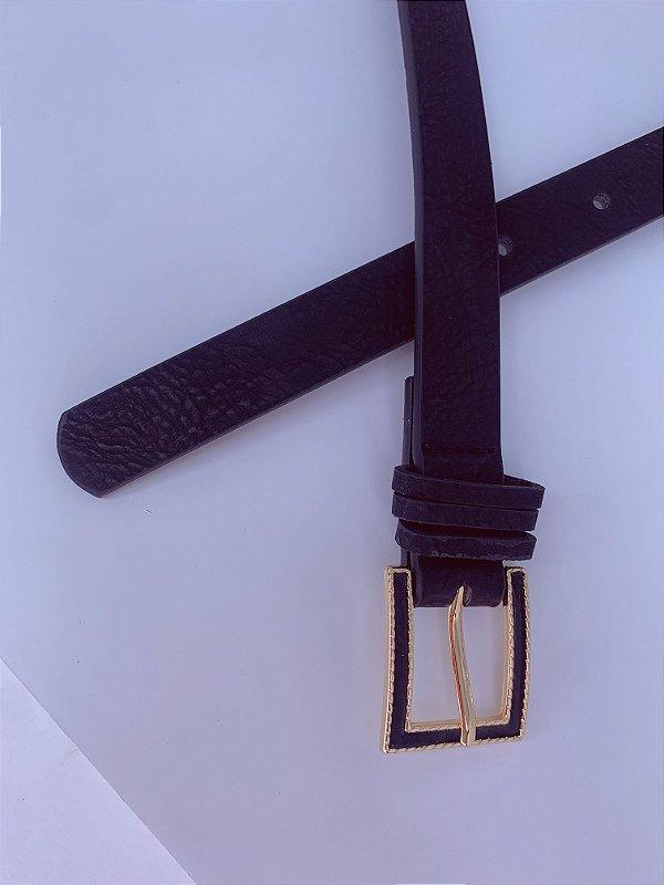 Cinto fino preto com detalhe de dourado na fivela