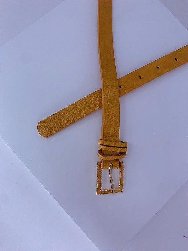 Cinto fino mostarda com detalhe dourado na fivela