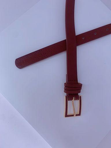 Cinto fino marrom com detalhe dourado na fivela