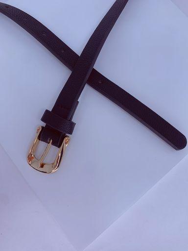 Cinto preto fino de fivela dourada com detalhe amassado