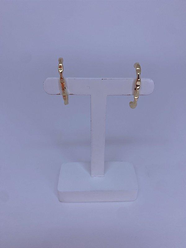 Brinco Ear Hook  dourado com detalhe ondulado