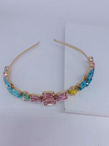 Arco dourado com pedras coloridas - azul claro , rosa e azul.