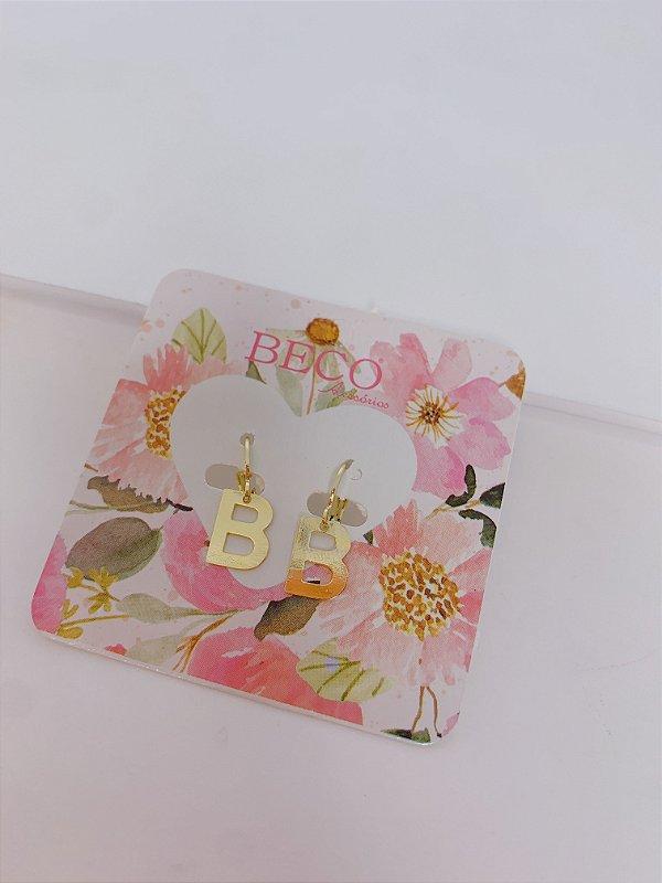 Brinco argolinha dourada com letra B