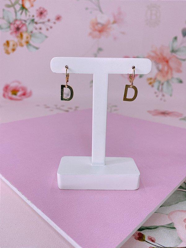 Brinco argolinha dourada com letra D