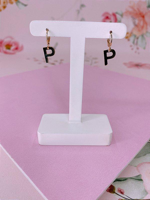 Brinco argolinha dourada com letra P