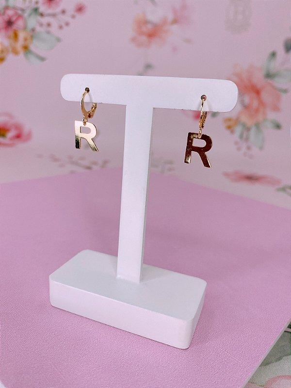 Brinco argolinha dourada com letra R