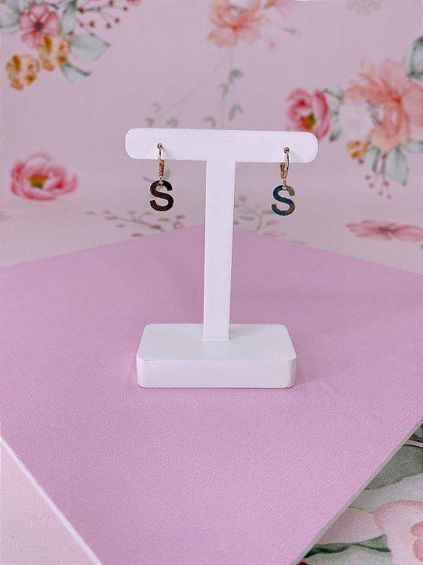 Brinco argolinha dourada com letra S