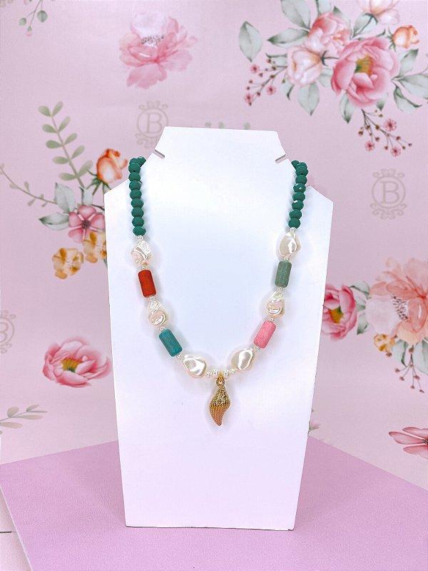 Colar verde com detalhes coloridos, pérola e pingente de concha dourado