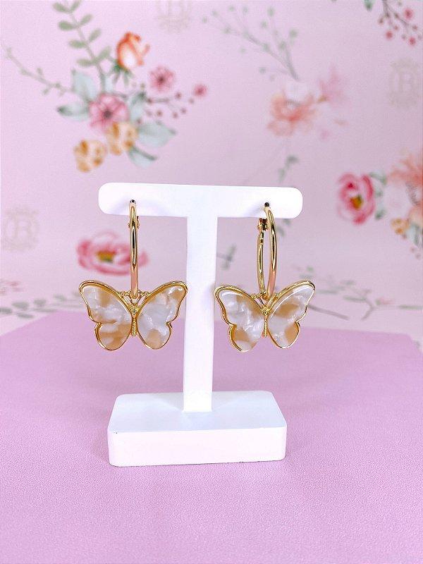 Argola dourada com pingente borboleta bege