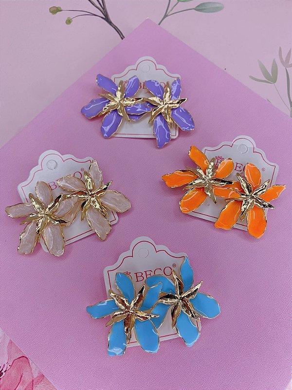 Brinco dourado Flor de maio esmaltado-bege,laranja lilás ou azul