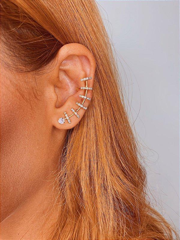 Brinco Ear Cuff dourado com detalhes em strass